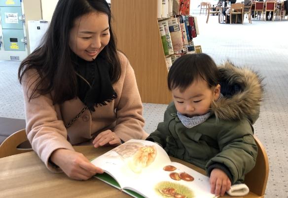 本を見る親子の写真