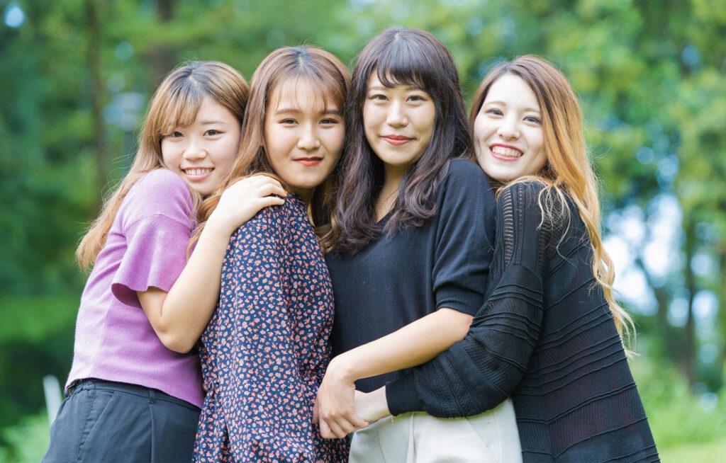 集まる女性の写真
