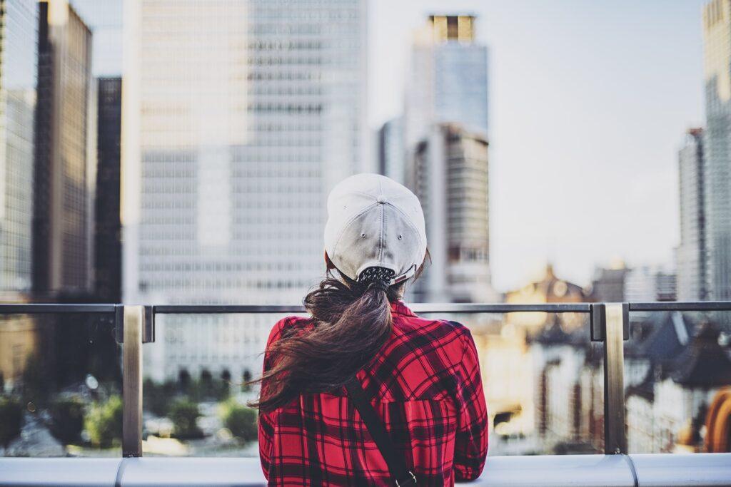 街を眺める女性